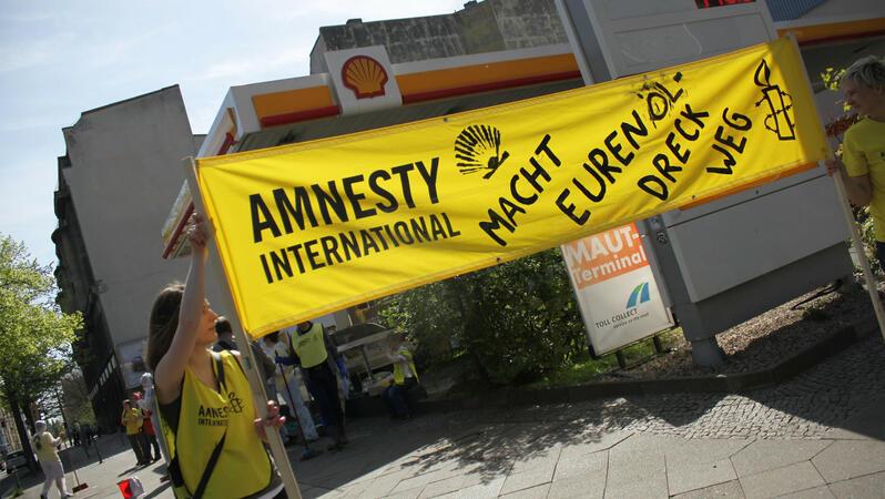 Amnesty-Protestaktion vor einer Berliner Shell-Tankstelle gegen die Umweltverschmutzung, für die der Öl-Konzern in Nigeria verantwortlich ist (Archivaufnahme vom April 2012). © Amnesty International, Foto: Ralf Rebmann